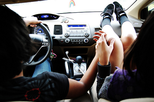 Девушка и парень в машине фото 672-558