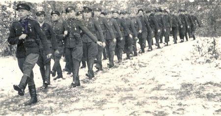 Dainavos apygardos Merkio rinktinės partizanai. Priekyje žygiuoja būrio vadas Adolfas Baublys-Vytas, Merkys. 1945–1946 m. žiema paimta iš genocid.lt