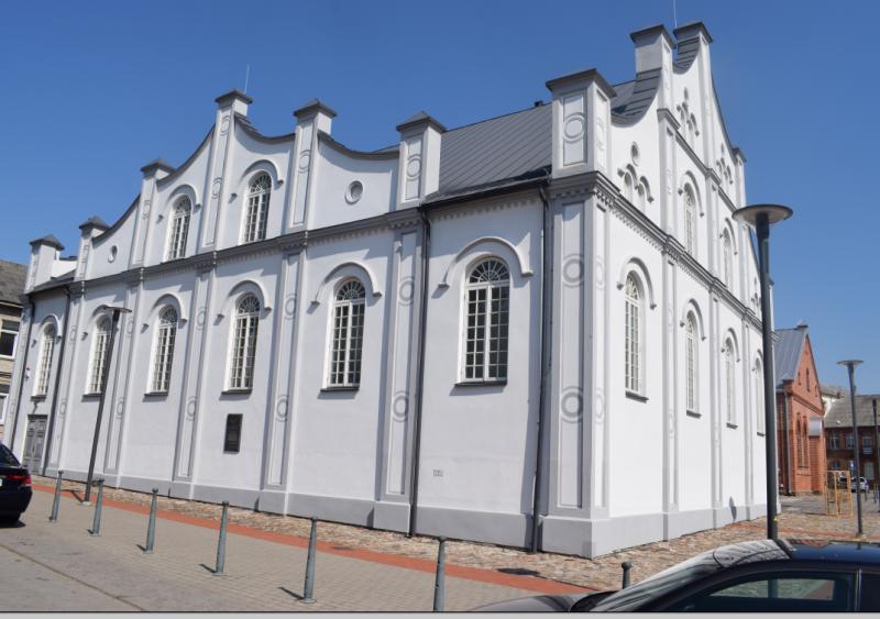 """Baltoji sinagoga Joniškyje, jau padabinta """"atminimo klecku"""""""