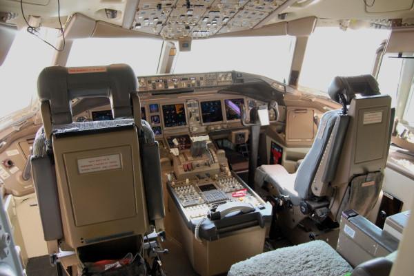 Boeing_777-200ER_cockpit
