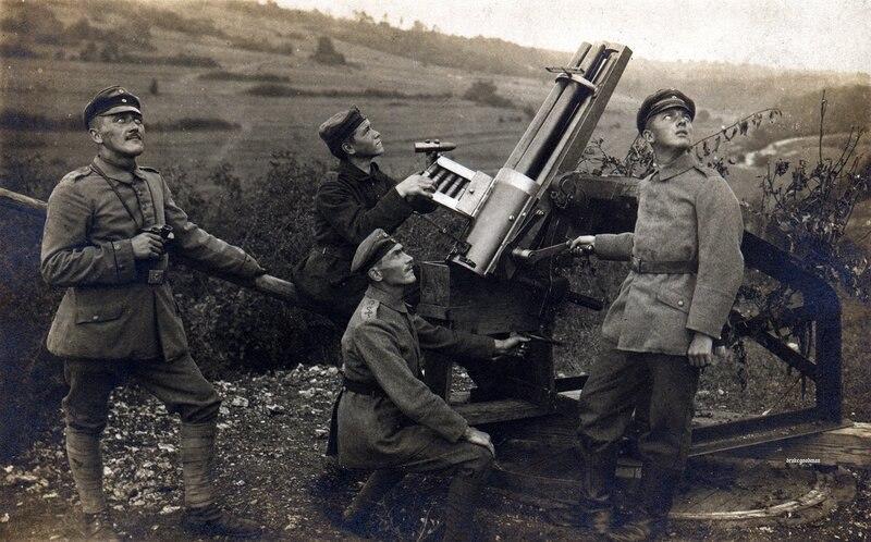 Торжество стимпанка. Расчет 37-мм пятиствольной револьверной пушки Гочкисс германского первого батальона дирижаблей в чб и цвете. Видимо охраняет позицию привязного наблюдательного аэростата. 37-мм и 47-мм орудия были разработаны во Франции в 70-е годы XIX века. Пушка первоначально была принята на вооружение, как морская, но затем освоила и другие профессии, в том числе, зенитки и даже ПТО. Подобные орудия дожили на катерах Днестровской флотилии вплоть до Второй мировой, но затем были заменены как безнадежно устаревшие#BigGans  #FlyingCircus #Германия
