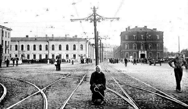 Стрелочница, Ленинград, СССР, 1930 год. И сейчас, в случае, когда не срабатывает электрика, водители трамваев иногда вручную такими железками переводят стрелки. Тогда для этого стоял на улице специальный работник