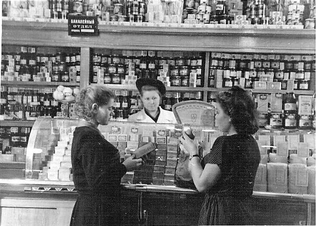 На этой фотографии ассортимент богатый, но фото 1954 года. Магазин поселка Северный. Из архива А. Ханжина