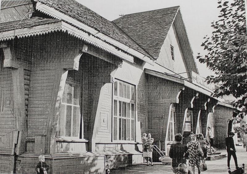 Деревянный магазин - единственный в городе промтоварный