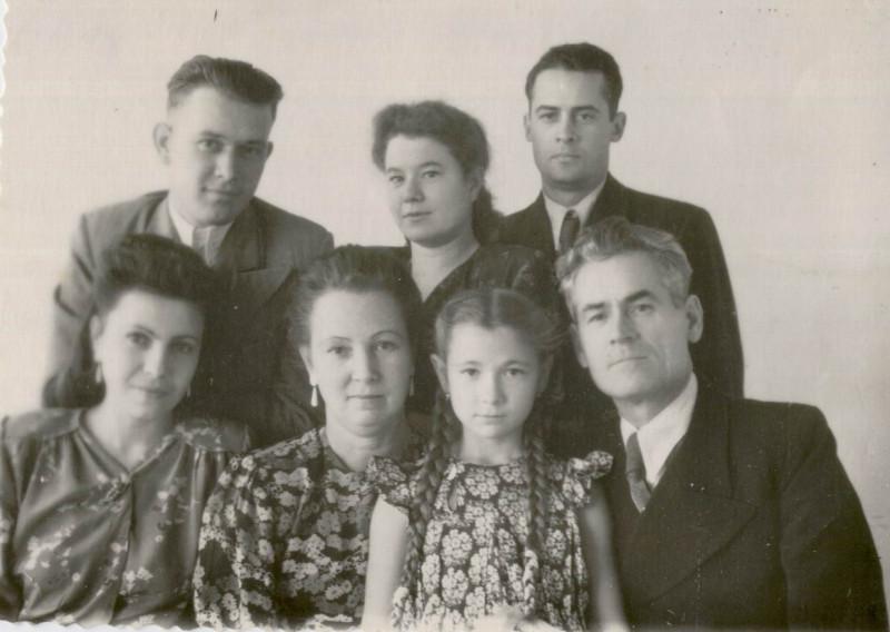 Прадед в первом ряду справа, рядом с ним младшая дочь Ольга и жена Зинаида. А слева - мои бабушка и дед