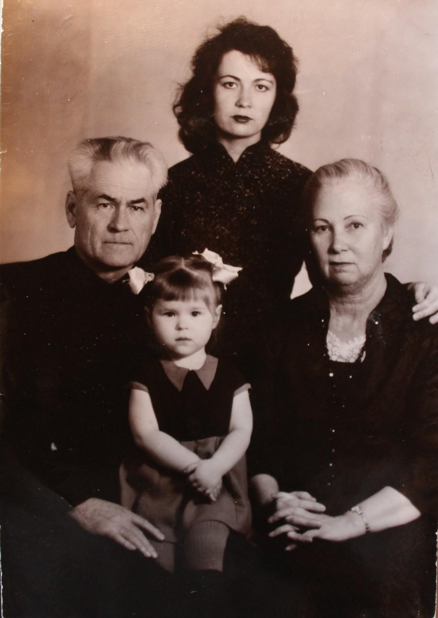 С младшей дочерью Ольгой и внучкой