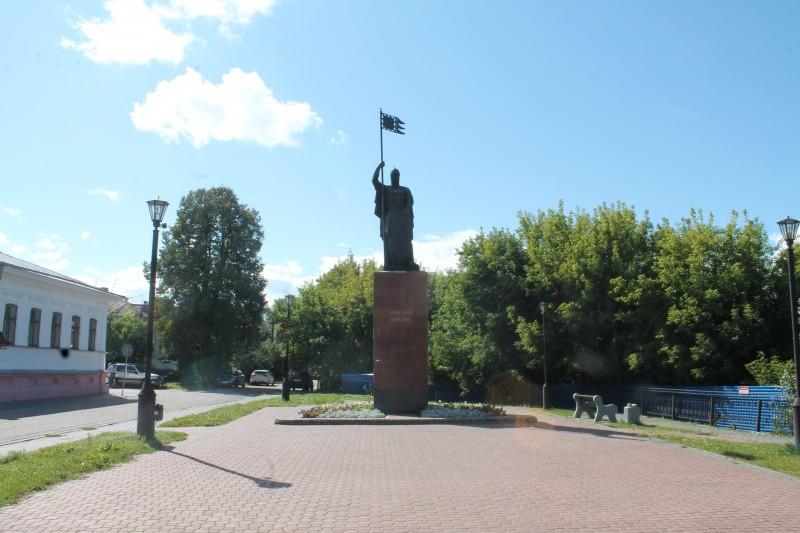 Памятник Александру Невскому на набережной Волги