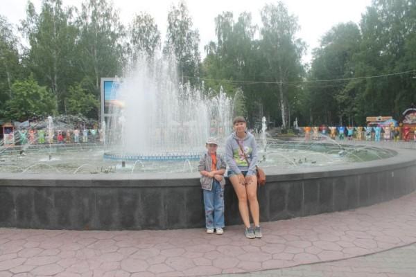 Красивый фонтан на центральной аллее парка