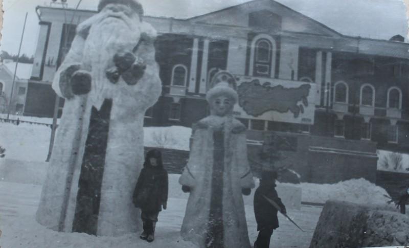 Фото из моего домашнего архива. На фото мой дядя. Конец 1960-х годов. На фасаде горисполкома карта СССР. Еще нет памятника Ленину