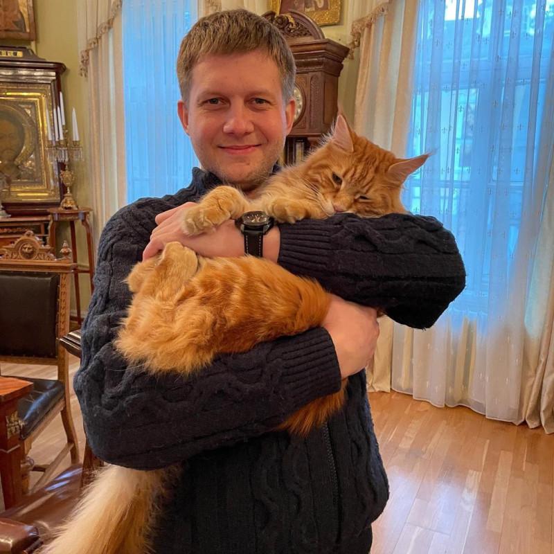 """Главный, который """"Владыка"""", милостиво разрешил, я так полагаю, Борису Корчевникову подержать его владычество на не царских руках."""
