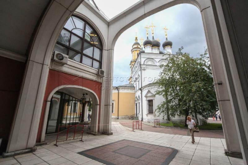 Храм Николы в Толмачах, в Москве. Вид из-под арки Инженерного корпуса Третьяковской галереи