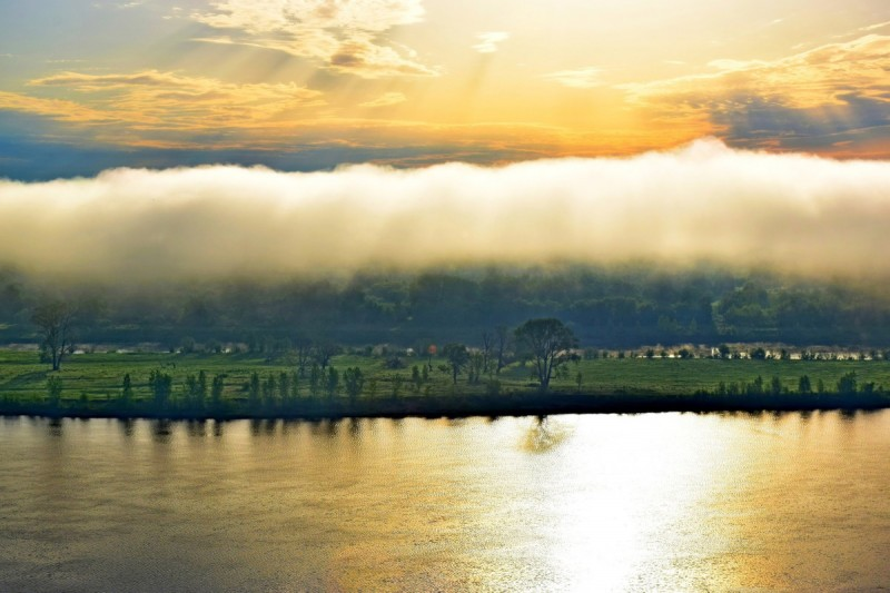 Рассвет над Камой. Туман завис как шапка. 2 июня 2021 года