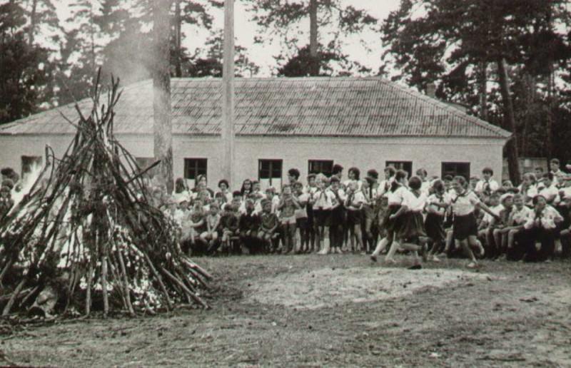 Костёр в одном из многочисленных пионерских лагерей Советского Союза