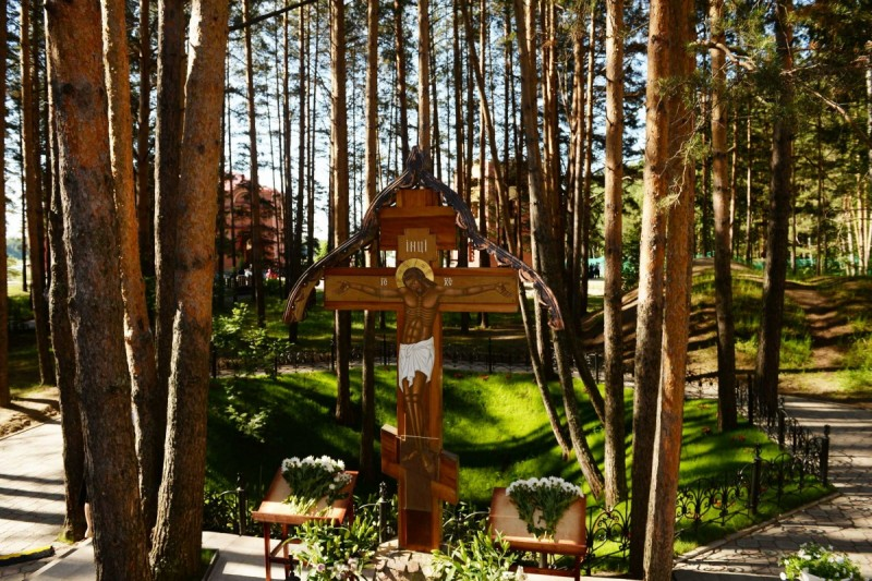 Крест у шахты, в которой погибли алапаевские мученики