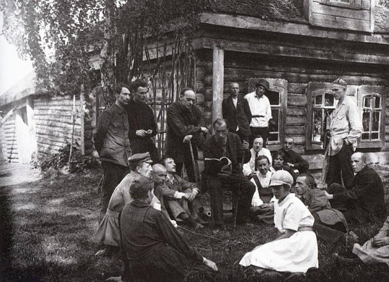 Писатель народник С.П.Подъячев с женой и читателями в родовом селе Подъячево у своего дома. 1928 г.