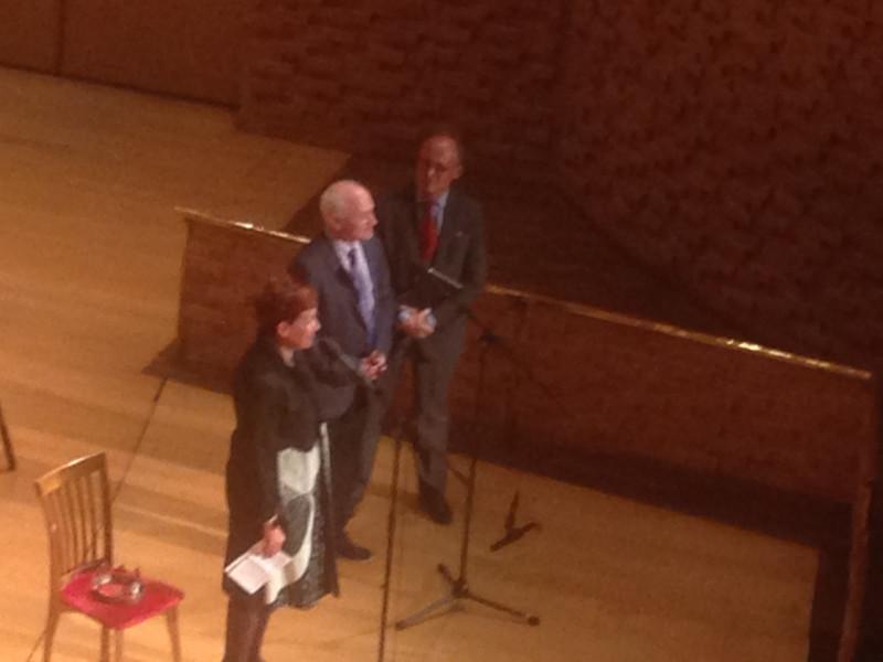 Выступление композитора (стоит посередине, говорит в микрофон) перед концертом. За спиной спикеров - корона, из-за которой вскоре разгорятся нешуточные страсти