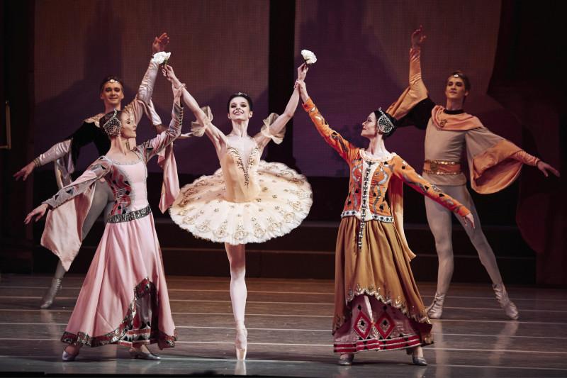 Раймонда — Мария Хорева. 1 акт. Фото Михаила Вильчука © Мариинский театр