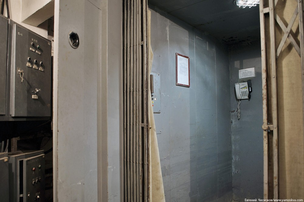 Лифт рассчитан на вес до 1000 килограммов