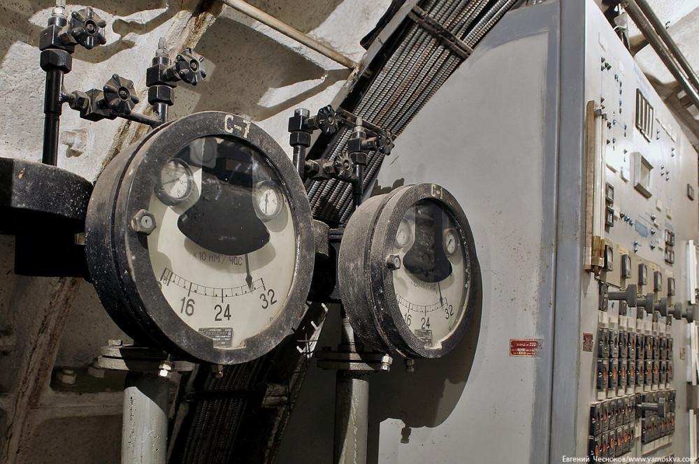 Расходомер показывает объём прохождения воздуха через систему, одно деление на шкале это 100 кубометров в час.