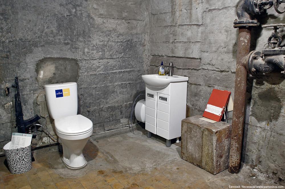 Туалет военного времени оснащён фекальной перекачкой, удаляющей продукты жизнедеятельности человеческого организма, и дренажной перекачкой, которая удаляет подтекающие грунтовые воды.