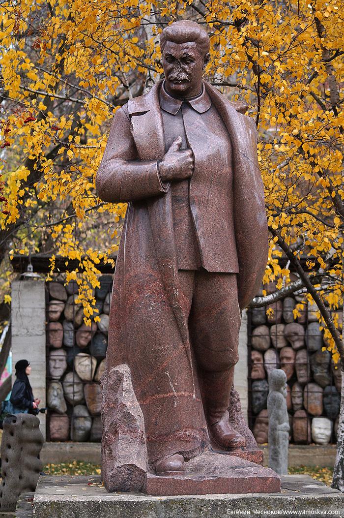 Среди самых старых скульптур - памятник Иосифу Сталину, созданный Сергеем Меркуровым в 1939 году и стоявший в Измайловском парке.