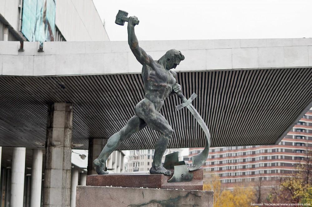 Работа одного из самых известных советских монументалистов Евгения Вучетича «Перекуем мечи на орала» находилась во дворе Третьяковской галереи в Лаврушинском переулке.