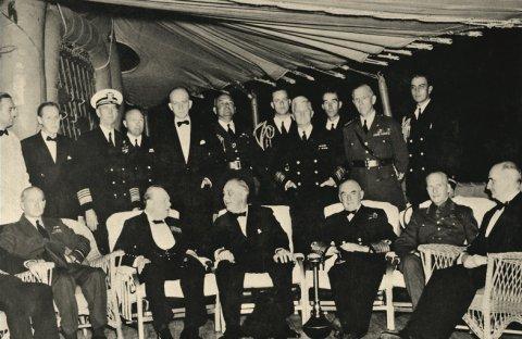 Президент США Франклин Д. Рузвельт и премьер-министр Великобритании Уинстон Черчилль на военном корабле США «Августа» 14 августа 1941 года