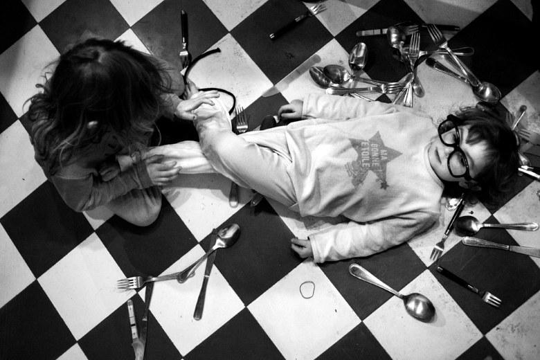 лёжа на полу