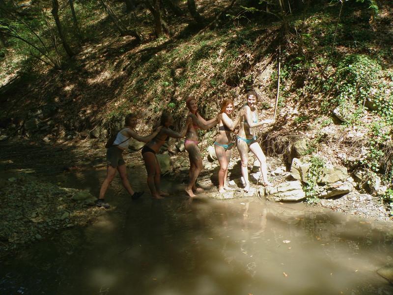 группа в полосатых купальниках