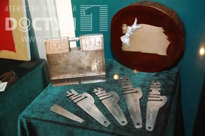 Один из самых интересных экспонатов выставки – серебряный монгольский сундучок с пятью ключами.
