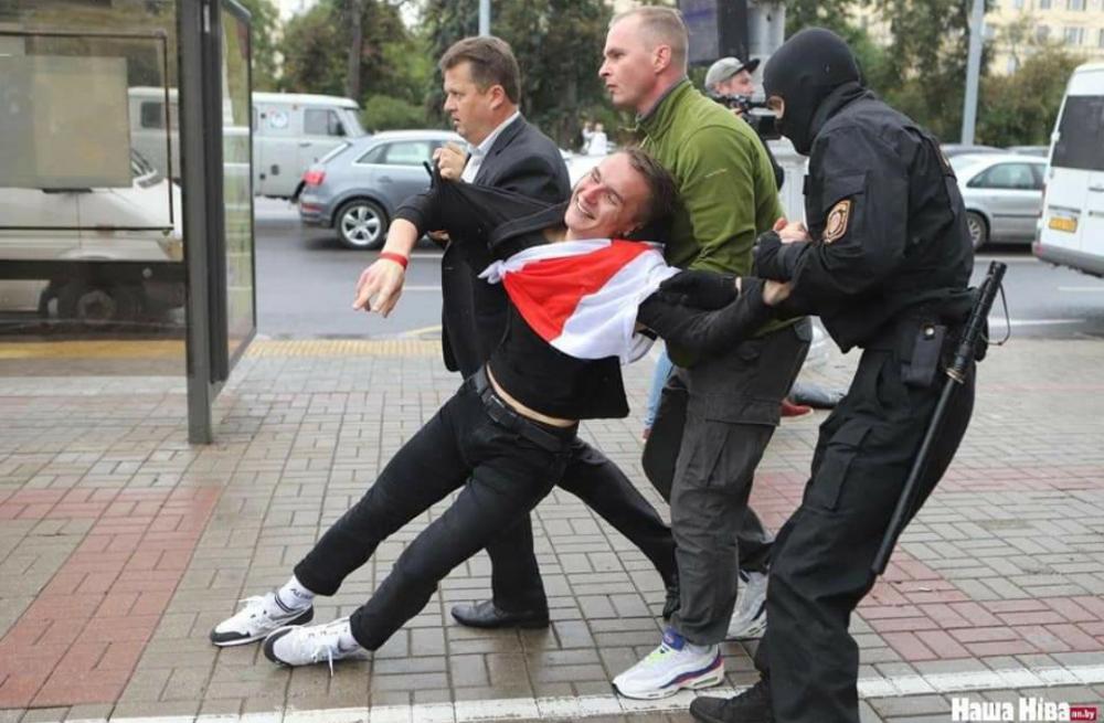 Многие #студенты задержаны #правоохранительными органами за мирную акцию. Их вина лишь в том, что они просто гуляли по городу. День #знаний начался с насилия над молодым поколением #Беларуси. #Общество не должно мириться с насилием.