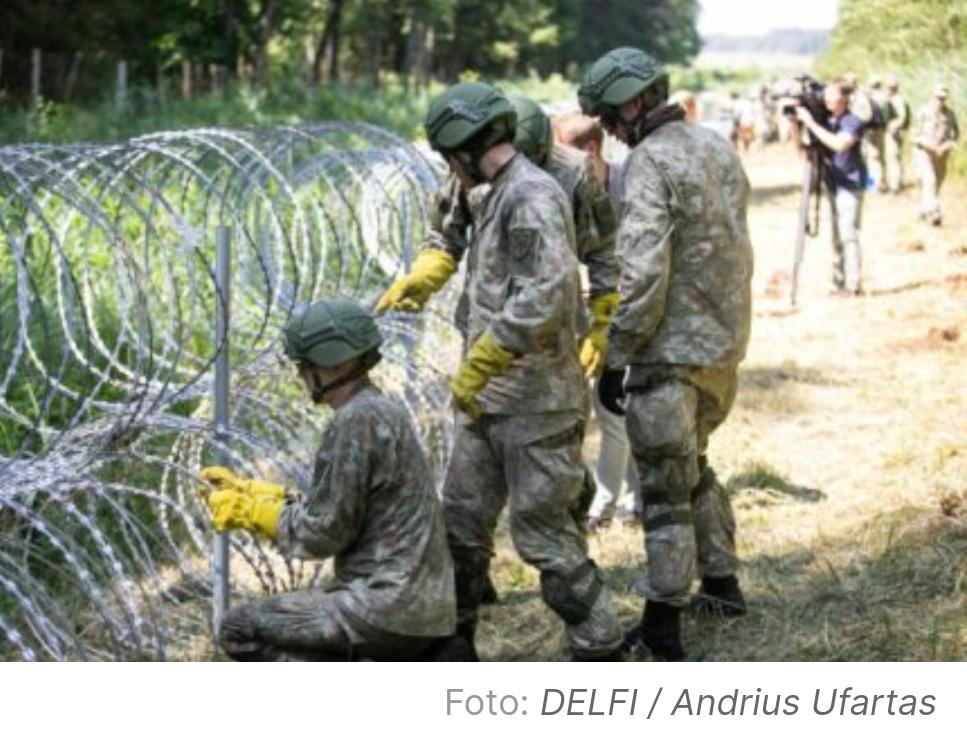 Забор из колючей проволоки на границе Литва-Беларусь.
