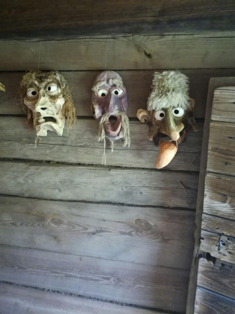 Страх, ужас выражают эти маски.