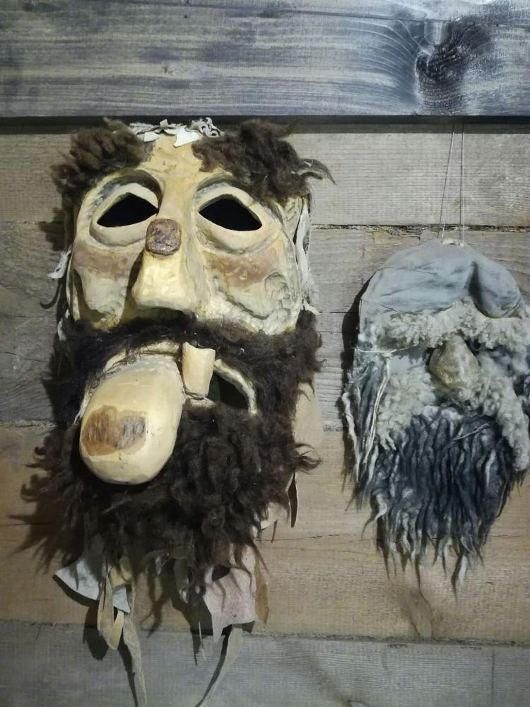 Кто скрывается за масками? Какие лица? Какие эмоции?