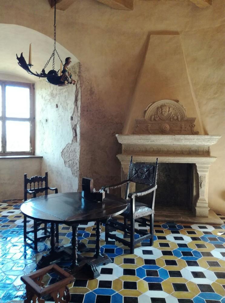 Камин, стол, стул, что ещё необходимо для отдыха рыцаря?