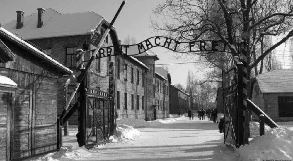 Врата лагеря пленных в #Освенциме. То место где над узниками проводились различные медицинские #эксперименты. Есть здесь барак еврейских заключенных, один из самых страшных, внутри чёрные стены, #мрак, темнота, лица приговоренных, в таком месте жутко находится.