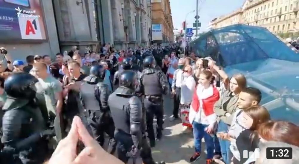 Кто-то в чёрном, под возгласы народа, освобождают центральную дорогу.