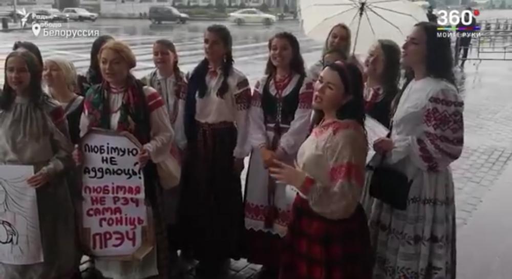 """Девушки в вышиванках пели народные песни на """"беларускай мове""""."""