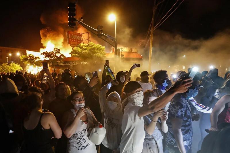 Демократичные пожары и толерантные погромы.
