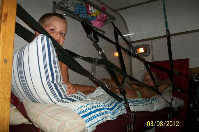 Чтобы ребенок не упал с полки в поезде фото