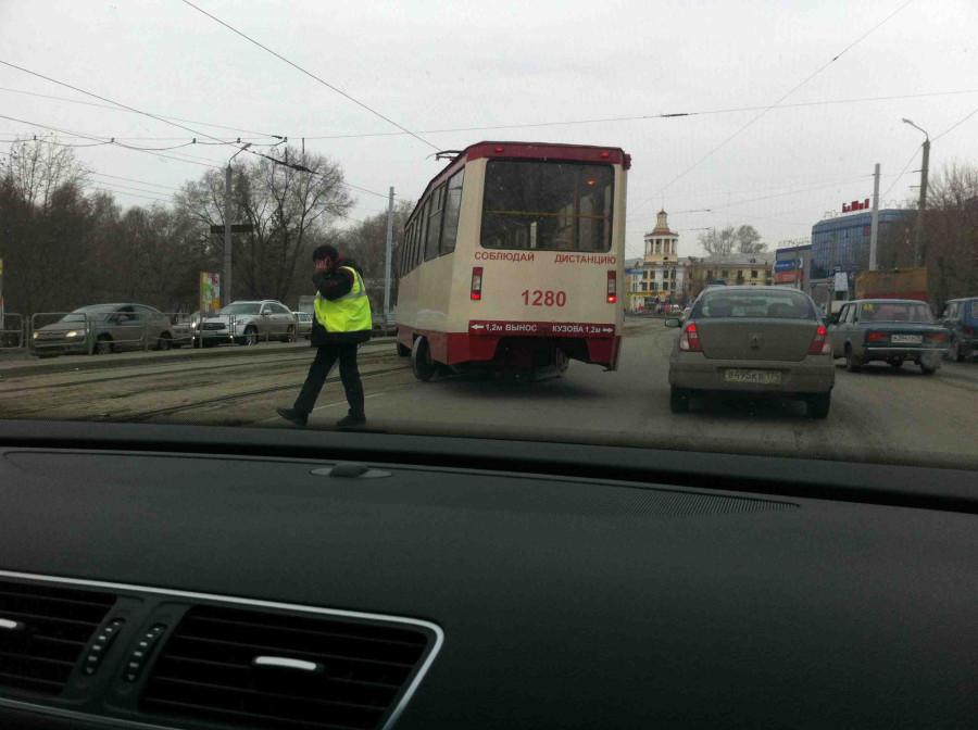 Трамвай сошёл с рельсов 1