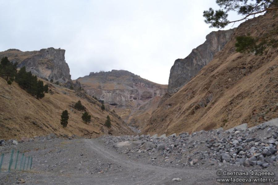 prielbruse-trekking-v-okrestnostyah-podem-ot-polyany-azau-do-priyuta-11-ti-vyhod-k-skalam-pastuhova-03