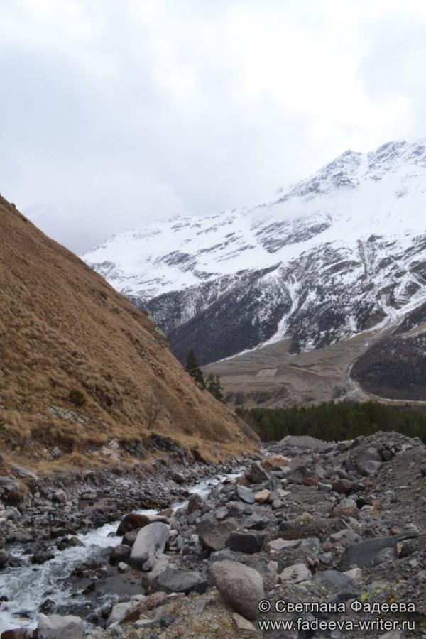 prielbruse-trekking-v-okrestnostyah-podem-ot-polyany-azau-do-priyuta-11-ti-vyhod-k-skalam-pastuhova-04