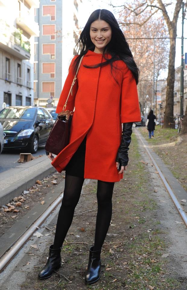 Брюнетка в красном пальто