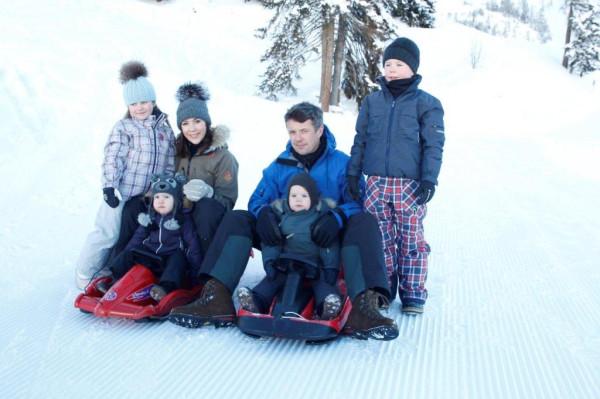 Kronprinsparret på vinterferie med børnene