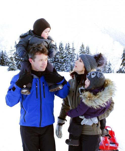 Kronprinsparret på vinterferie med børnene-3