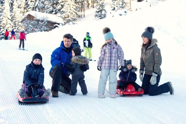 Kronprinsparret på vinterferie med børnene-4