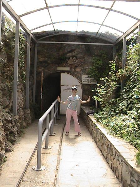 Перед пещерой в Петралоне