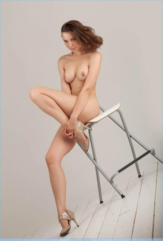видео как голая девушка позирует фотографу