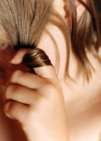 Христианину крутить на пальце волос подходят
